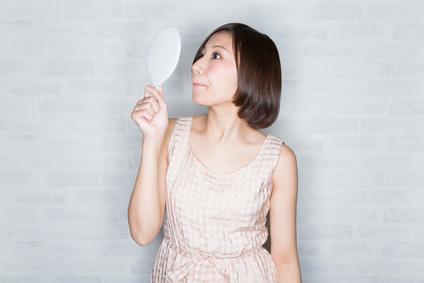 鼻毛を気にする女性