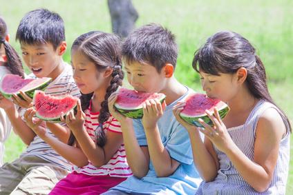 スイカを食べる子供たち