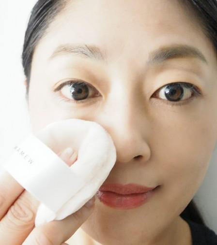 化粧水/乳液を含んだスポンジでふき取る