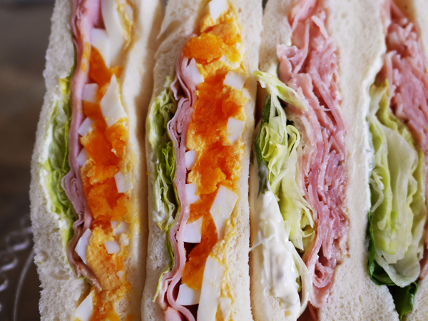 ファミリーマート「たまごとハムのサンド(左)パストラミポークと野菜のサンド(右)」1