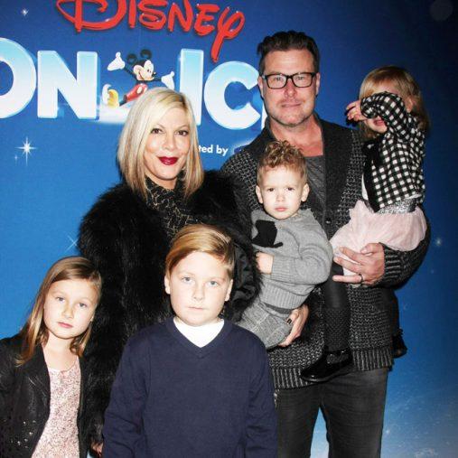 ディーン・マクダーモット(右)、トリ・スペリング(左)と5人の子供たち