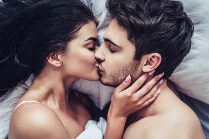 ベッドでキス