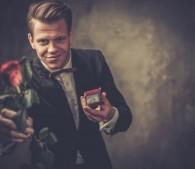 薔薇で迫る男