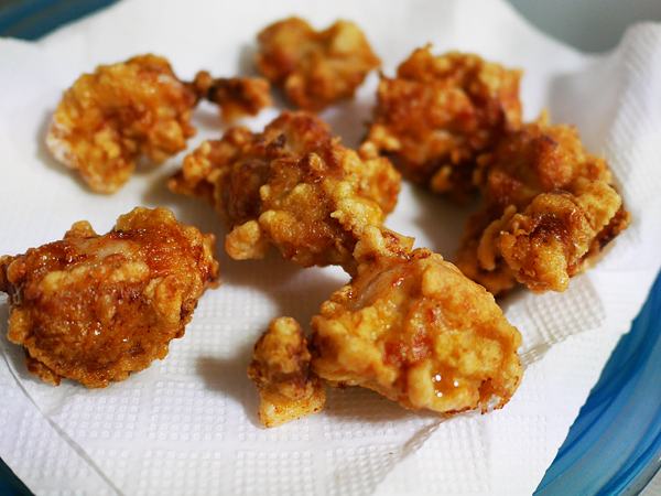 作り方6 揚がった鶏肉(油切)