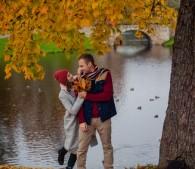 秋の公園のカップル