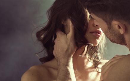 女性の濡れたような唇にムラムラとする