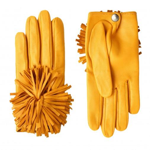 ポンポンの飾りがアクセントの手袋。裏地はシルク生地を使用。195ユーロ