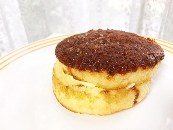 カラメルソースがしみこんだざらめのフワジュワケーキ