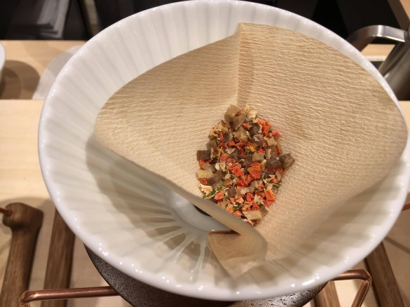 (1)コーヒーフィルターに乾燥野菜を敷き、
