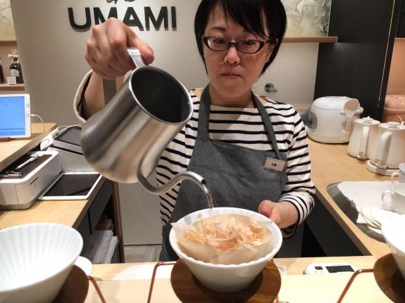 (3)熱湯をゆっくり注ぐ