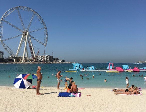 砂浜はサラサラの白い砂。パラソルもレンタルできます 写真/編集部