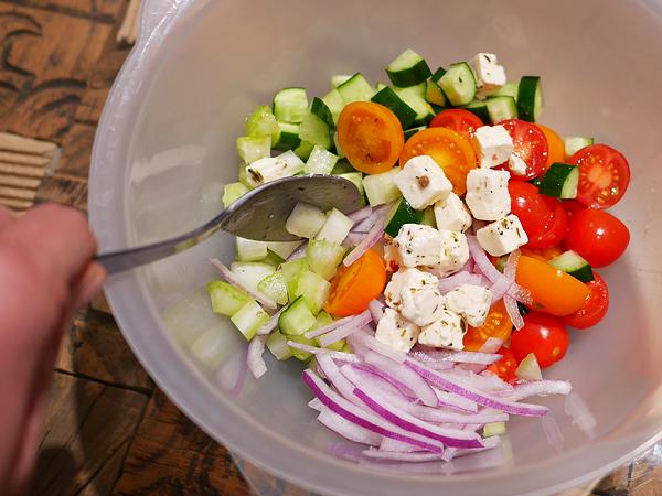 和えたサラダ(野菜、フェタチーズ、オリーブオイル、レモン汁)