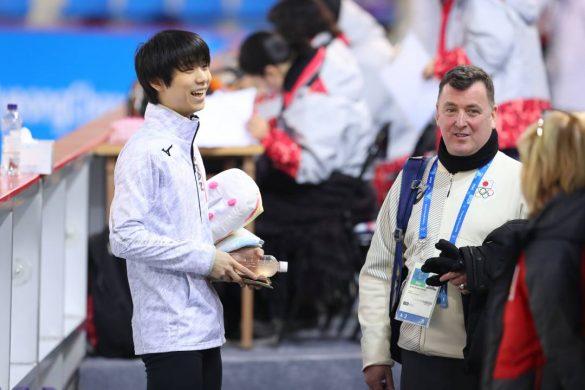 2月12日、ティッシュを抱える羽生選手