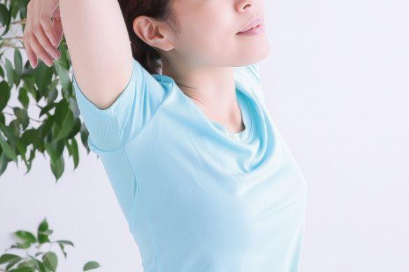 肩甲骨を伸ばす女性