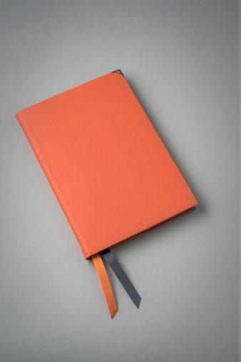 A4判サイズ170ユーロ、手帳サイズ55ユーロ