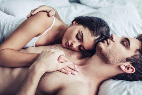 ベッドで眠る二人