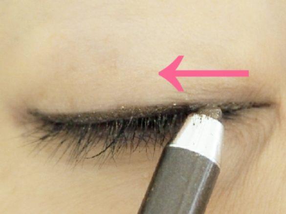 目頭から中央までラインを描く