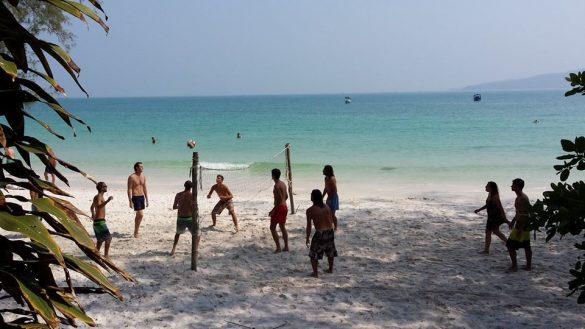 ロン島でビーチバレーするイケメンたち