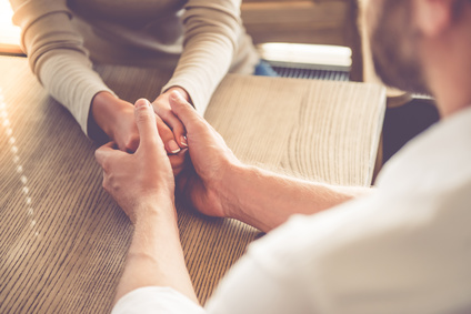 人の多いところで手を繋いでくれる男性は「気遣い上手」