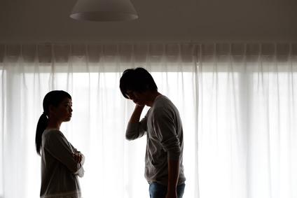 夫を問い詰める