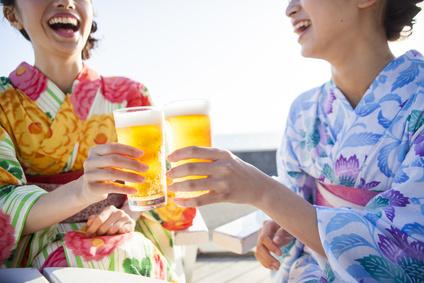 浴衣を着た女性たちが生ビールで乾杯