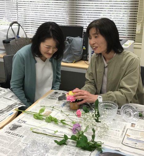 花に触れる