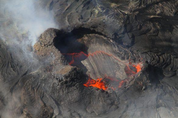 キラウエア火山の火山口の中