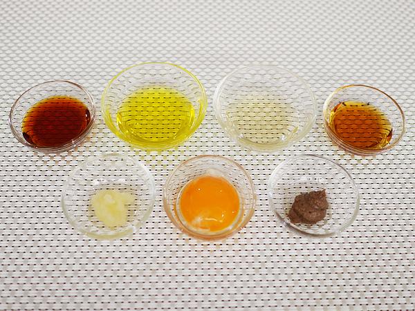 ドレッシング材料7つ:おろしにんにく、卵黄、アンチョビペースト、しょうゆ、オイル、酢、糖類