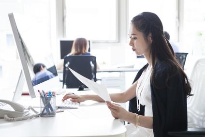 オフィスで働いている女性