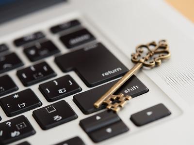 アンティークな鍵とパソコン