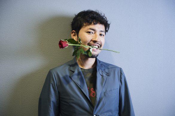 薔薇をくわえるバチェラー小柳津林太郎さん