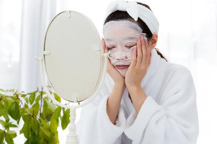 化粧水パックをする女性