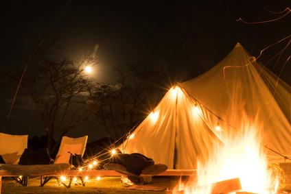 月と焚き火とグランピングテント