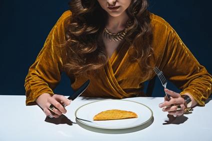 一人で外食する女性