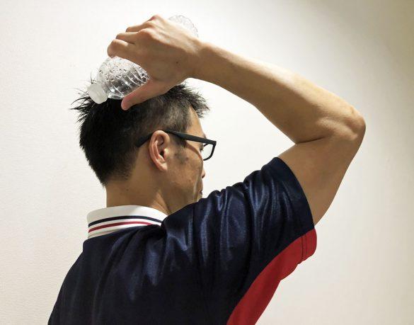 肘を90度に曲げて、肘を顔の前まで持ち上げる