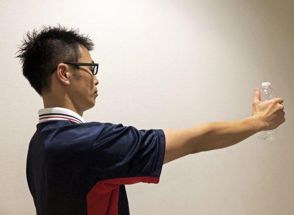 肘の位置が変わらないように腕を伸ばす