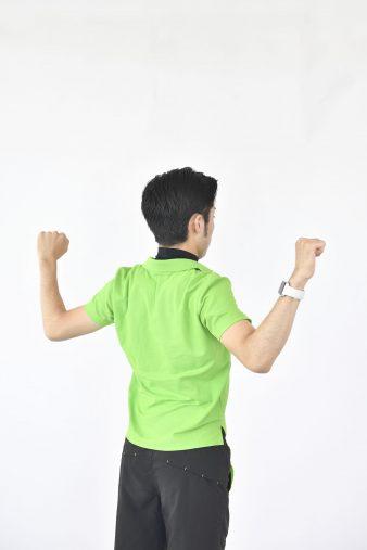 腕と背中で「W」をつくるイメージ