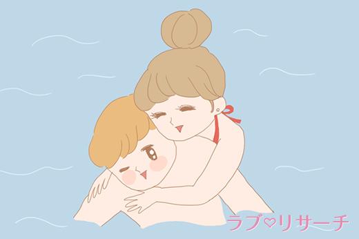 海の中で抱きつく