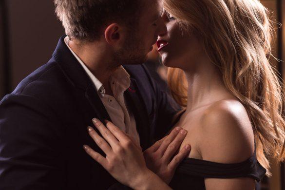 男性は濡れている唇に釘付けに
