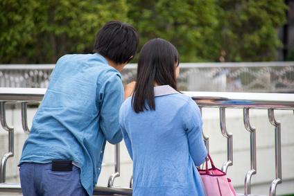 同じ色の服を着たカップルの後ろ姿
