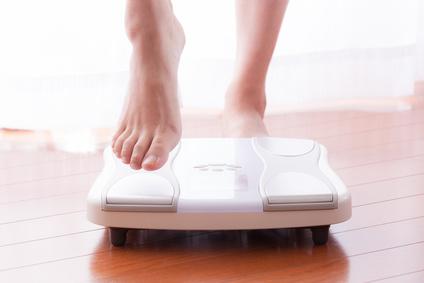 体重計に乗る女性、ダイエット、美容