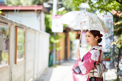 日傘を持った浴衣の女性