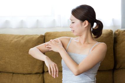 アレルギー・腕を掻く女性