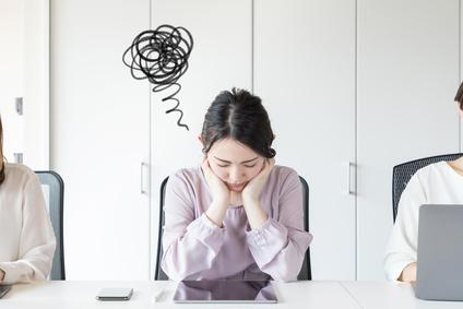 スマホのストレスで悩む女性