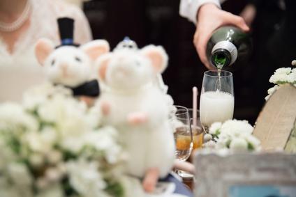 披露宴でシャンパンをつぐ