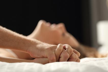 ベッドでのカップルのクローズアップ