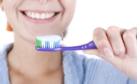 利き手と反対の手で歯磨き