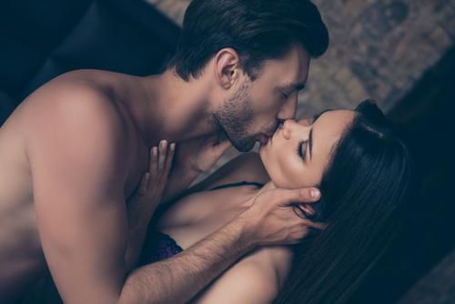 まるで私を味わい尽くすような激しいキス