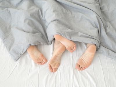 カップル、足、ベッド