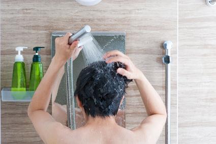 シャワーを浴びている日本人男性